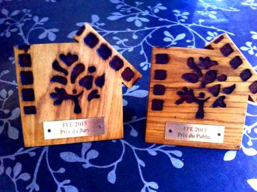 Photo des deux trophées distribués pour la saison 4 du festival.